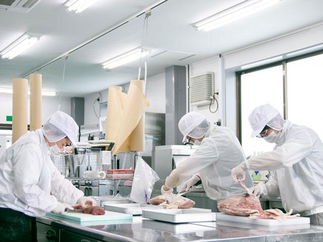 ともさんかく 自社工場 肉の加工